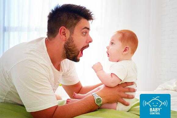 Papá haciendo gestos frente a su bebé