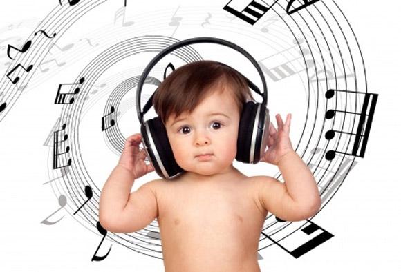 Un bebé con cascos escuchando música