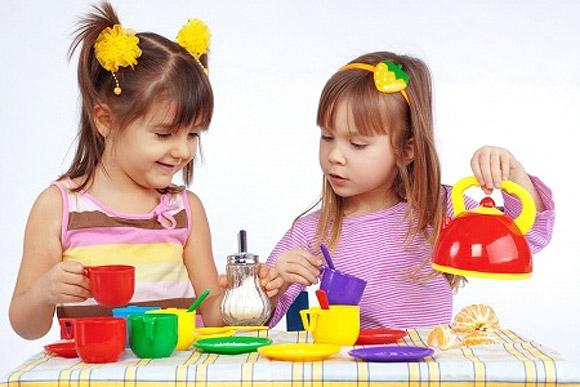 Dos niñas jugando a las casitas