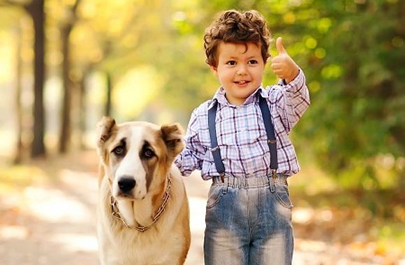 Niño muy feliz acompañado de un perro