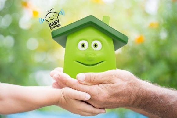 Dos manos sujetando una casa verde ecológica