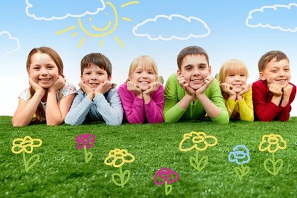 Niños felices en el campo rodeados de flores