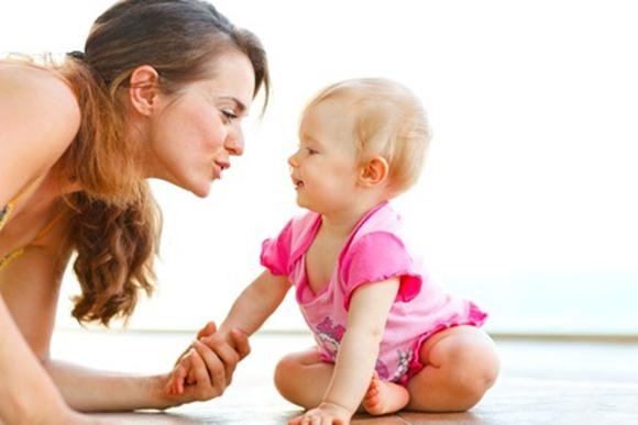 Madre habla con su bebé para desarrollar su lenguaje