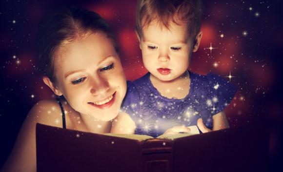 Mamá leyendo un libro a su pequeño