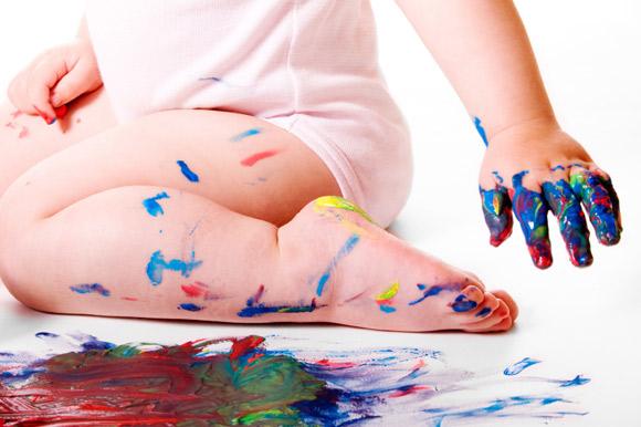 Bebé jugando con pintura de dedos