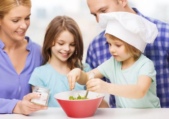 Niña preparando cena sana en familia