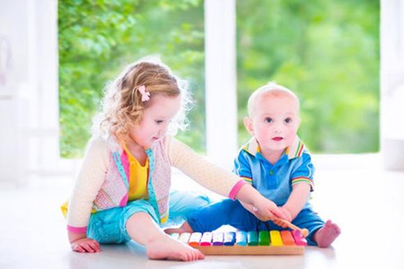 Niños jugando con un xilofón