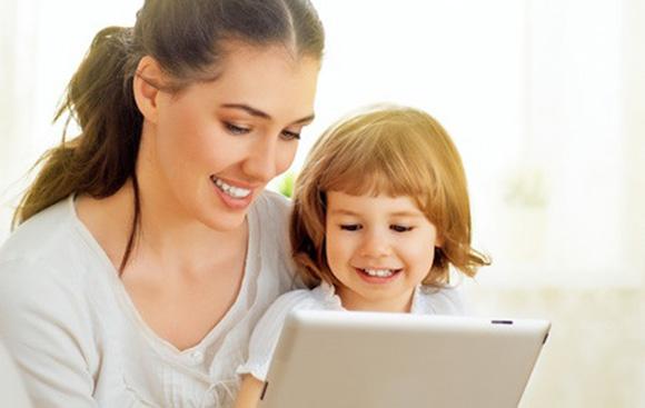Niña y mamá jugando con una tablet