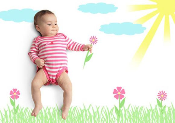 Bebé sobre paisaje natural con sol pintado