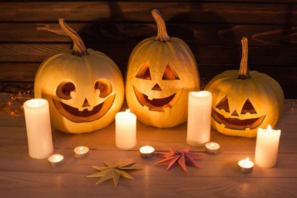 Bodegón decorativo de calabazas y velas para Halloween