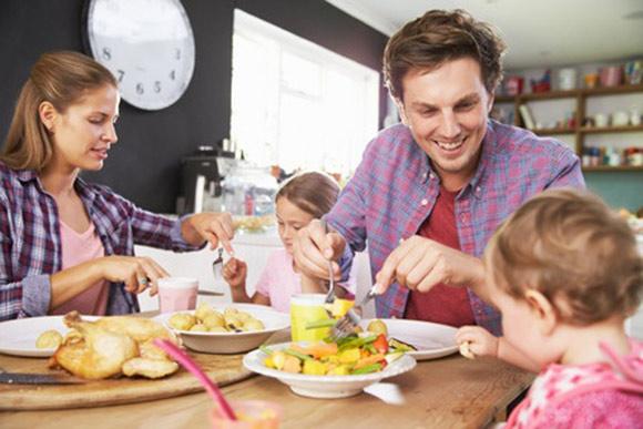 Cena familiar en la cocina