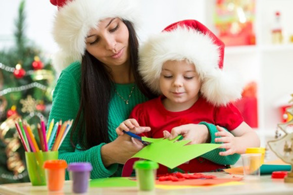 Mamá y niña realizando manualidades en Navidad