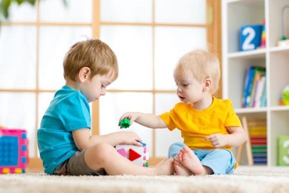Bebés jugando en la escuela infantil