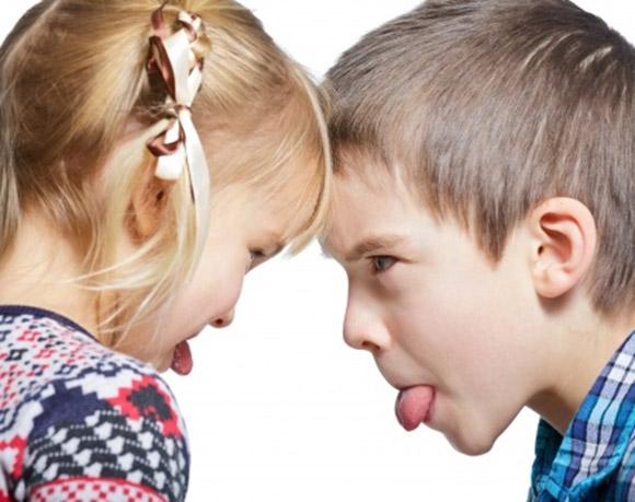 Niños enfrentados sacádonse la lengua