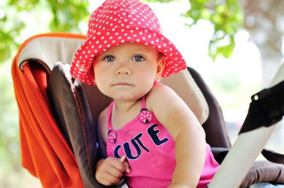 Bebé vestido con ropa ligera y gorrito