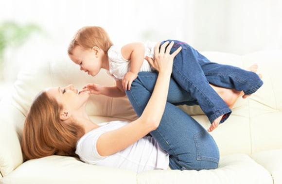 Mamá jugando y dando cariño a su hijo