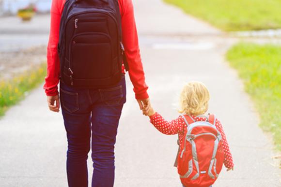 Mamá llevando a su hija a la escuela infantil