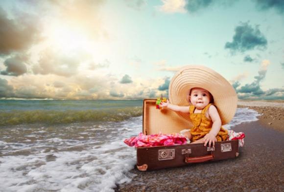 Bebé dentro de una maleta en una playa