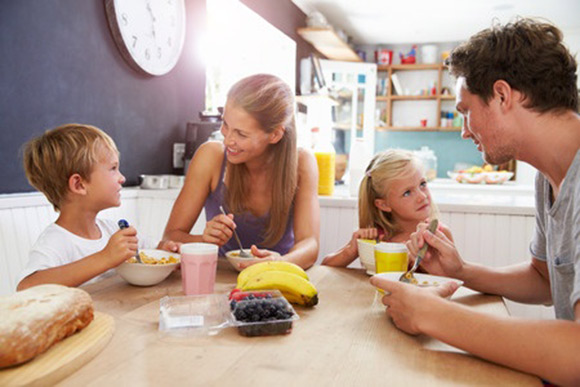 Familia desayunando de forma variada y saludable
