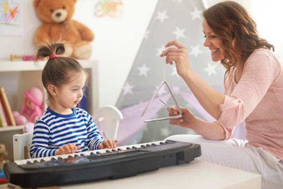 Mamá e hija tocando instrumentos musicales