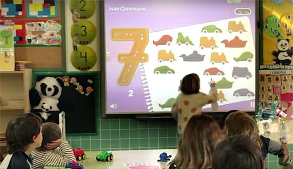Niños utilizando pizarra digital en la escuela infantil
