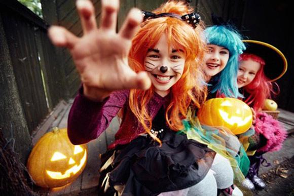 Niños disgrazados en Halloween divirtiéndose