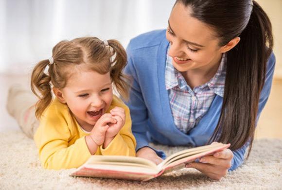 Mamá leyendo un libro con su hija