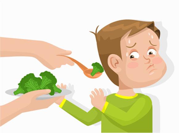 Niño rechazando verduras en la comida