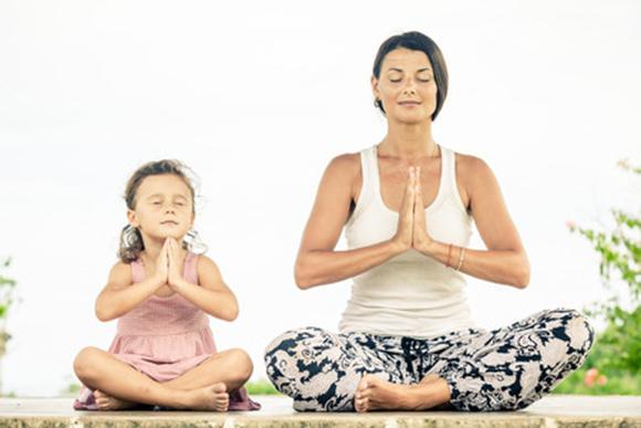 Mamá practicando meditación con su pequeña