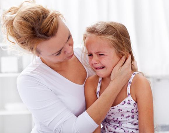 Mamá ayudando a su hija a superar la frustración