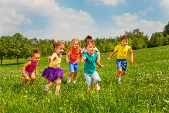 Grupo de niños jugando en un campo verde