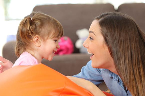 Mamá hablándole con su hija