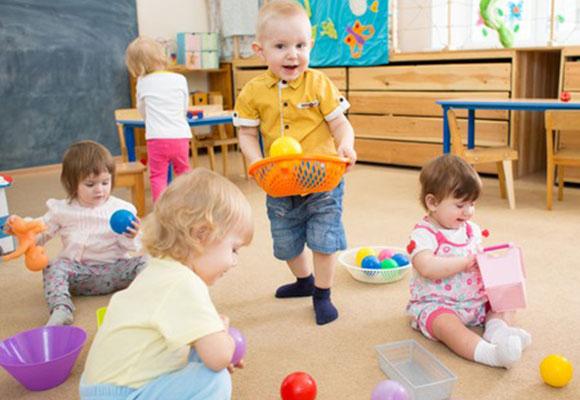 Niños compartiendo juegos en la escuela infantil