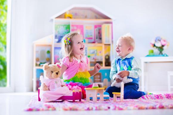 Bebés jugando a las casitas imitando a los adultos