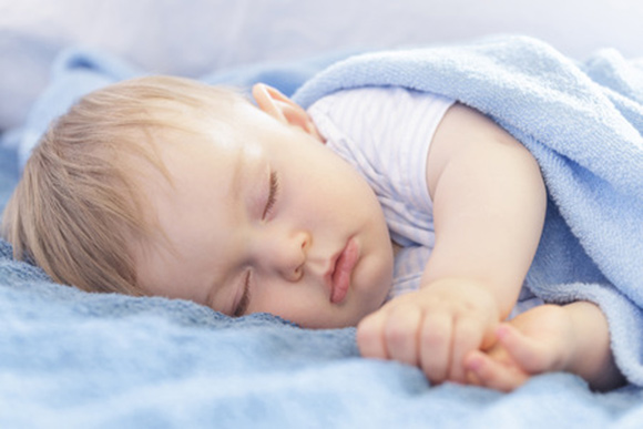 Niño durmiendo la siesta durante el día