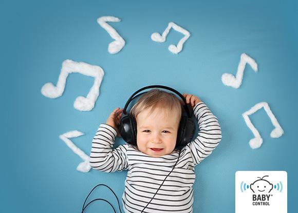 Bebé con auriculares y notas de música alrededor