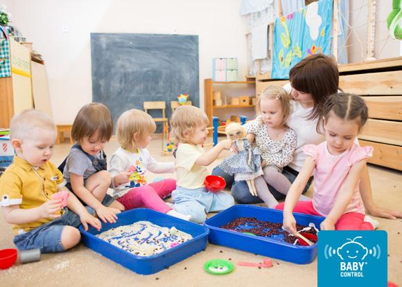 Aula de una escuela infantil con una profesora y niños
