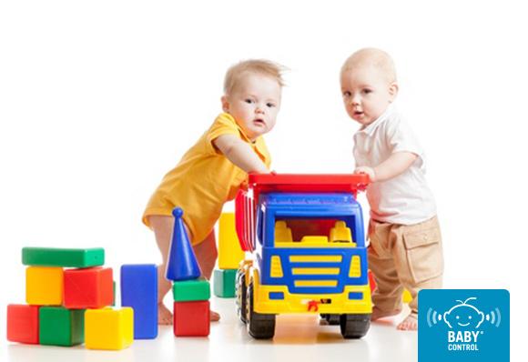 Dos niños jugando con juguetes
