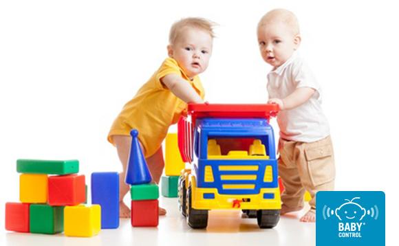 Dos niños jugando con un camión de juguete