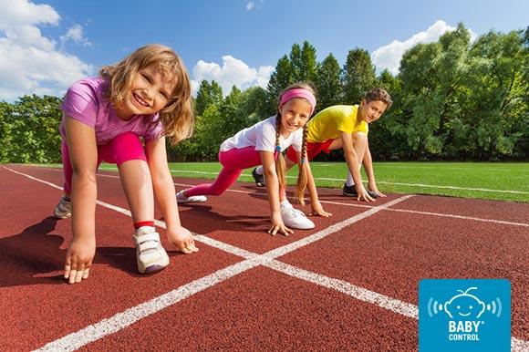 Niños a punto de correr en una pista de atletismo