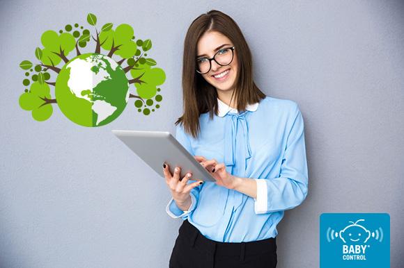 Mujer con tablet y un planeta de tierra llena de árboles