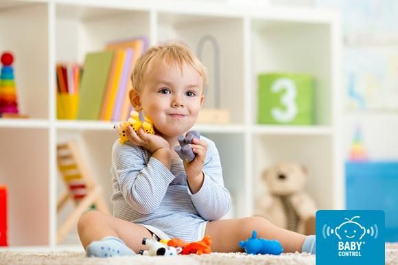 Bebé contento jugando en la guardería