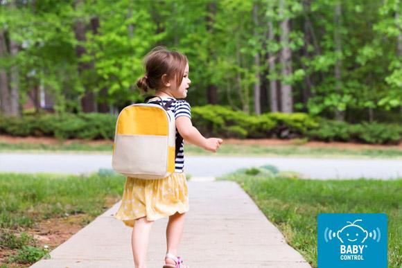 Niña saliendo de casa con la mochila para ir a la escuela infantil