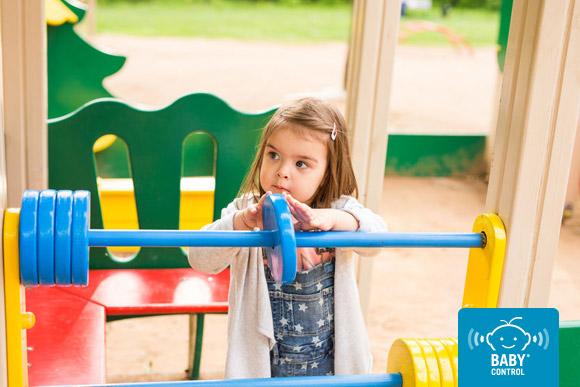 Niña jugando en un espacio recreativo exterior de la Escuela Infantil