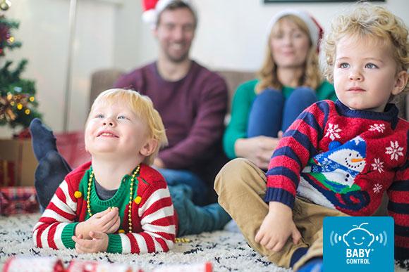 Papas y niños viendo película navideña en casa