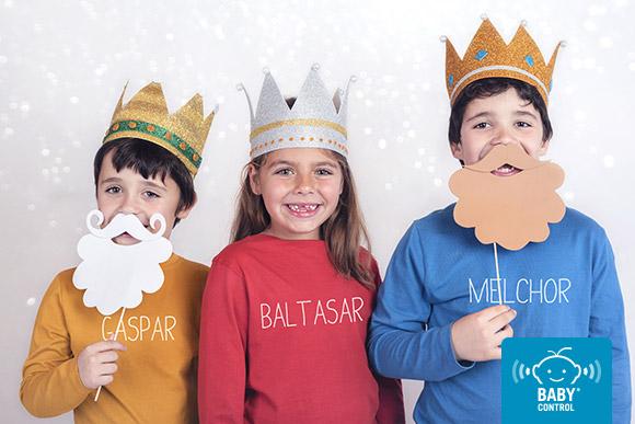 Niños disfrazados de reyes magos