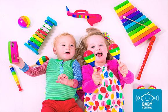 Bebés con instrumentos musicales infantiles