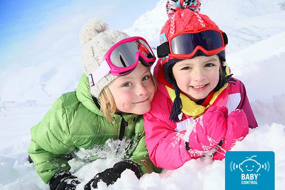Niñas equipadas para esquiar en la nueve
