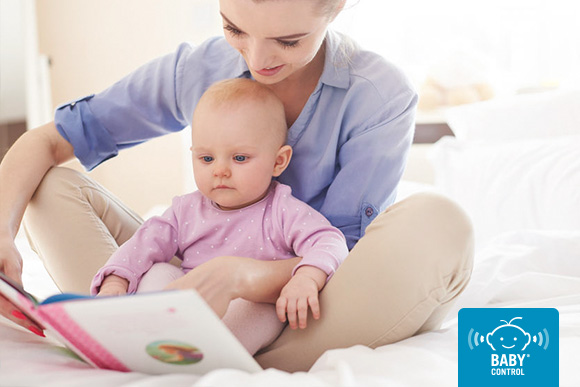 Mamá leyendo un cuento con su bebé
