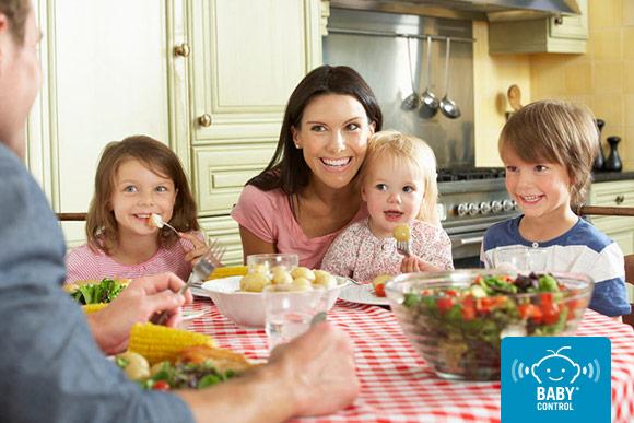 Familia con niños pequeños compartiendo una cena saludable